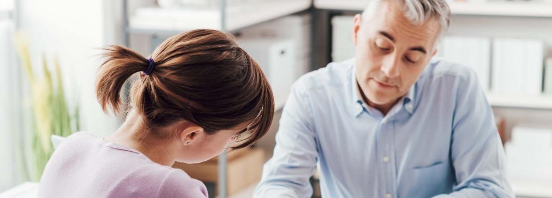 Man en vrouw bespreken verzekeringen voor het thuis werken