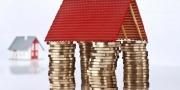 Een dak op munten geld in de vorm van een huis