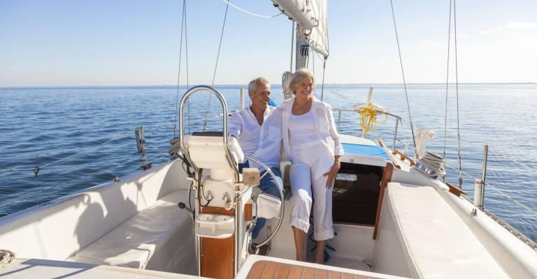 Senior stel op een boot